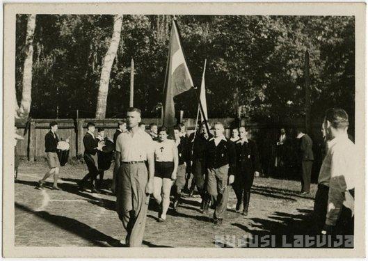 """Sportisti """"Union"""" stadionā 1930. gados. Foto no LNB portāla """"Zudusī Latvija""""."""